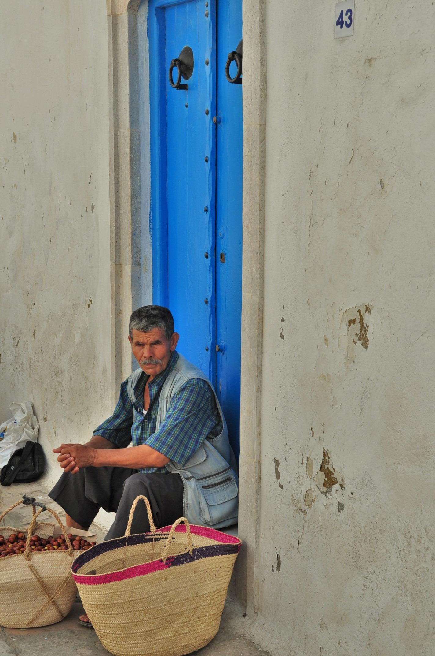 Един от малкото тунизийци, когото успях да уловя в кадър. Не обичат да ги снимат. Горди са. А и малко намръщени - като нас!
