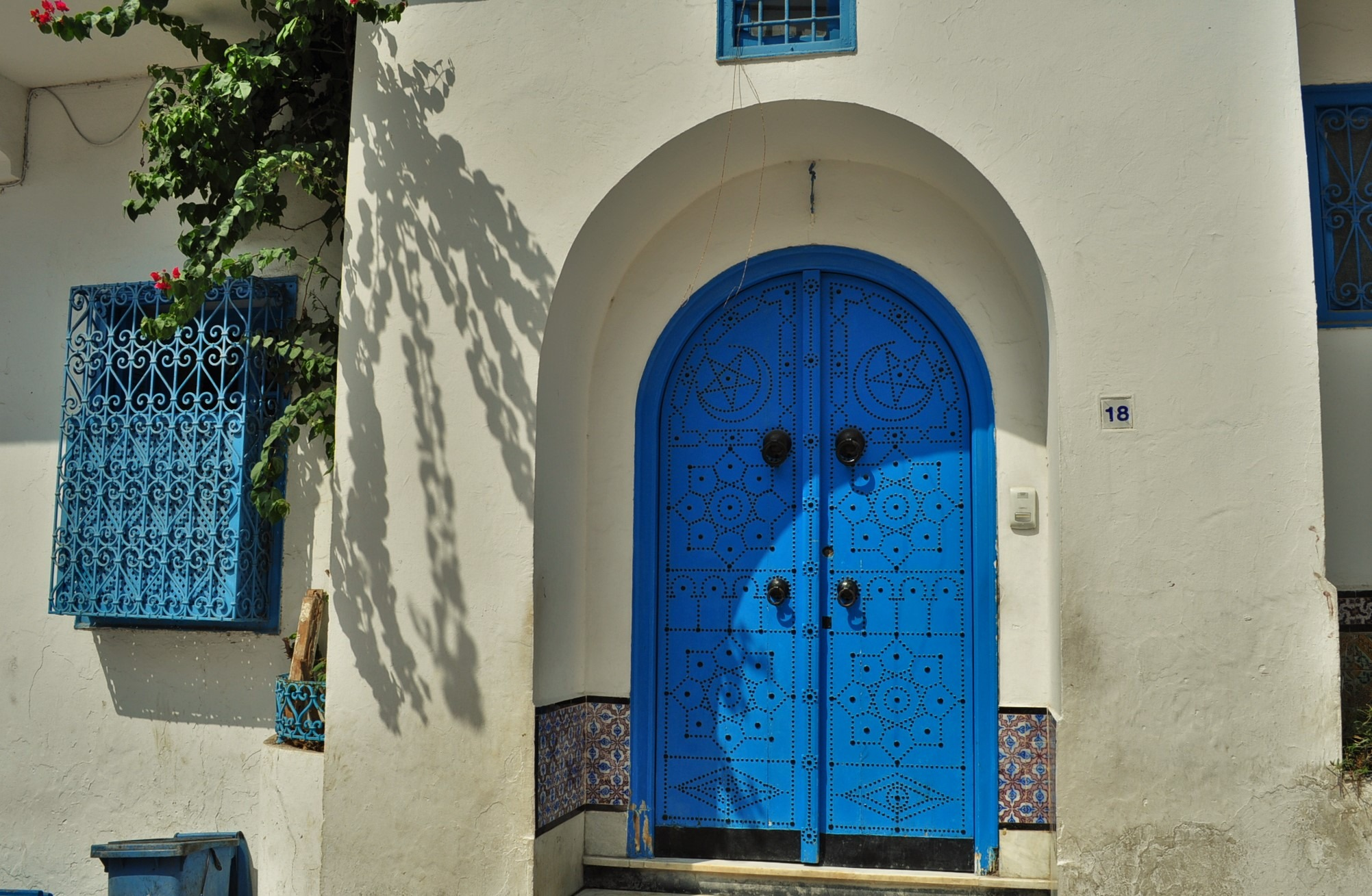 Вратите на Сиди Бу Саид са се превърнали в туристическо лого за Тунис. Нещо като българската роза за България. Има ги под формата на всякакви сувенири