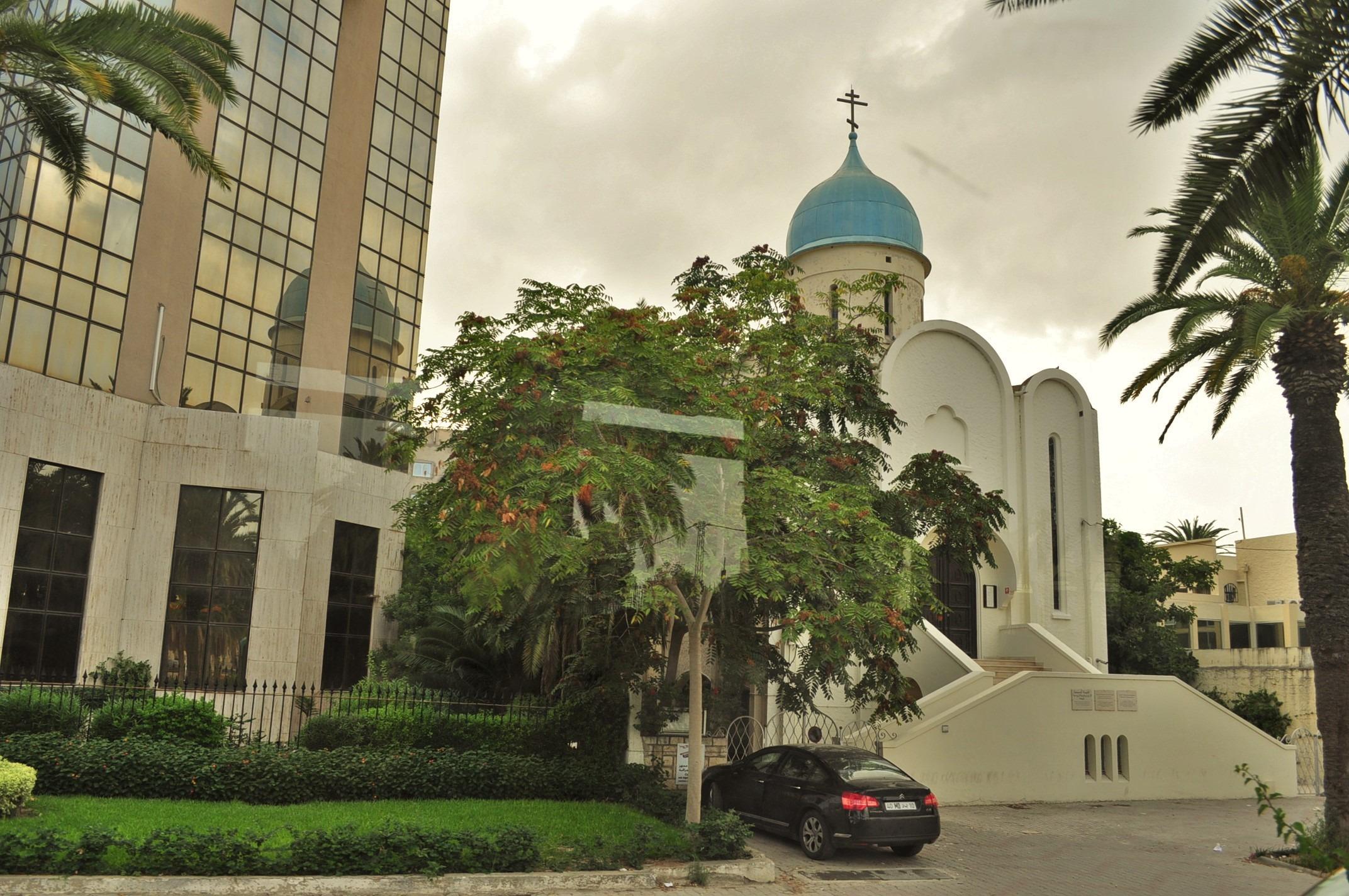 Последни часове в Тунис. Туристическият ни пакет включваше светкавична автобусна разходка из центъра на столицата  От мръсния прозорец се очертава силуетът на православния им храм.