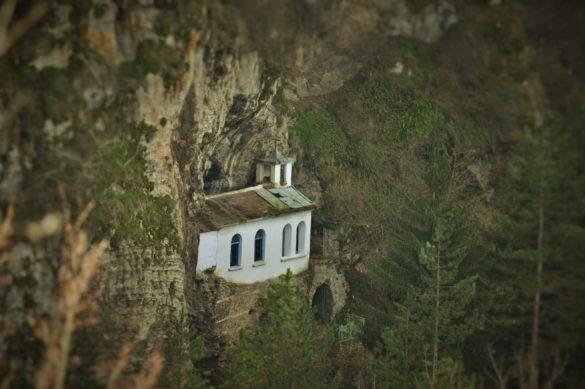 Разбоишкият манастир се е сгушил близо до клокочещите води на р. Нишава, а над него, на 50-на метра в скалата, сякаш увиснала във въздуха, се белее църквица за чудо и приказ. Виждала я бях и преди, но на снимки - вкопчена в каменната гръд на планината, мъничка, недостъпна, самотна, белязана от времето.