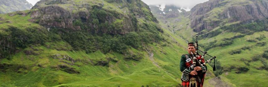 1280px-Scottish_Bagpiper_at_Glen_Coe_Scotland_-_Diliff-860x280