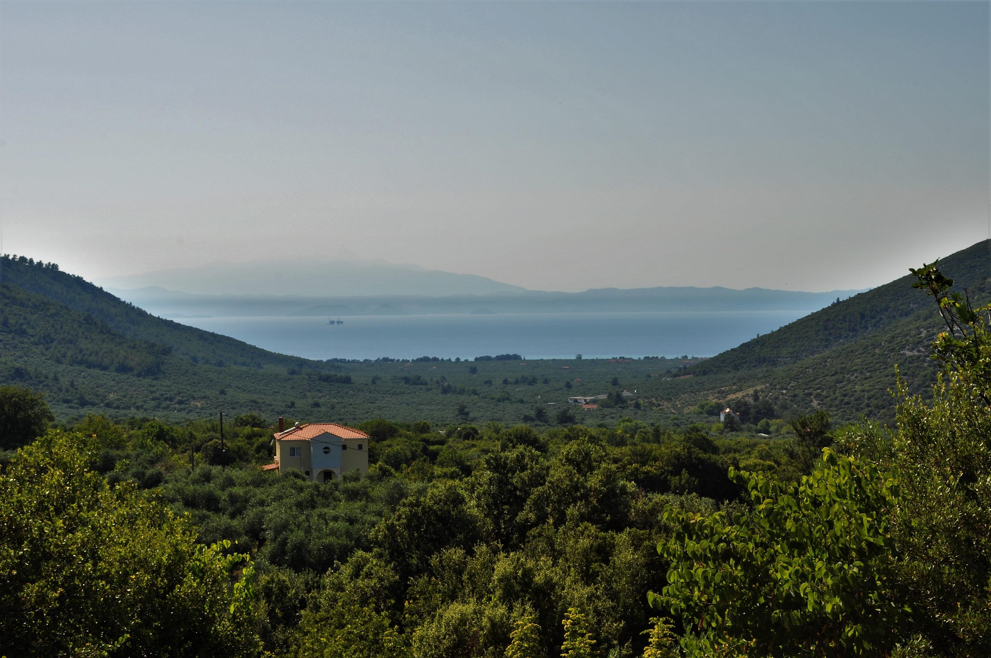Повечето са разположени в западния дял на острова с лице към континенталната част на Гърция. Гледка от село Рахони към крайморския му близнак Скала Рахони