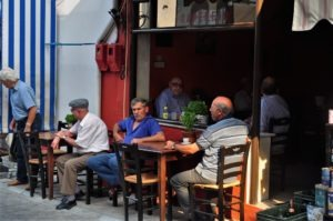 Докато жените се грижат за дома, мъжете нищят политиката на чаша кафе или на узо. Типична балканска рапсодия.
