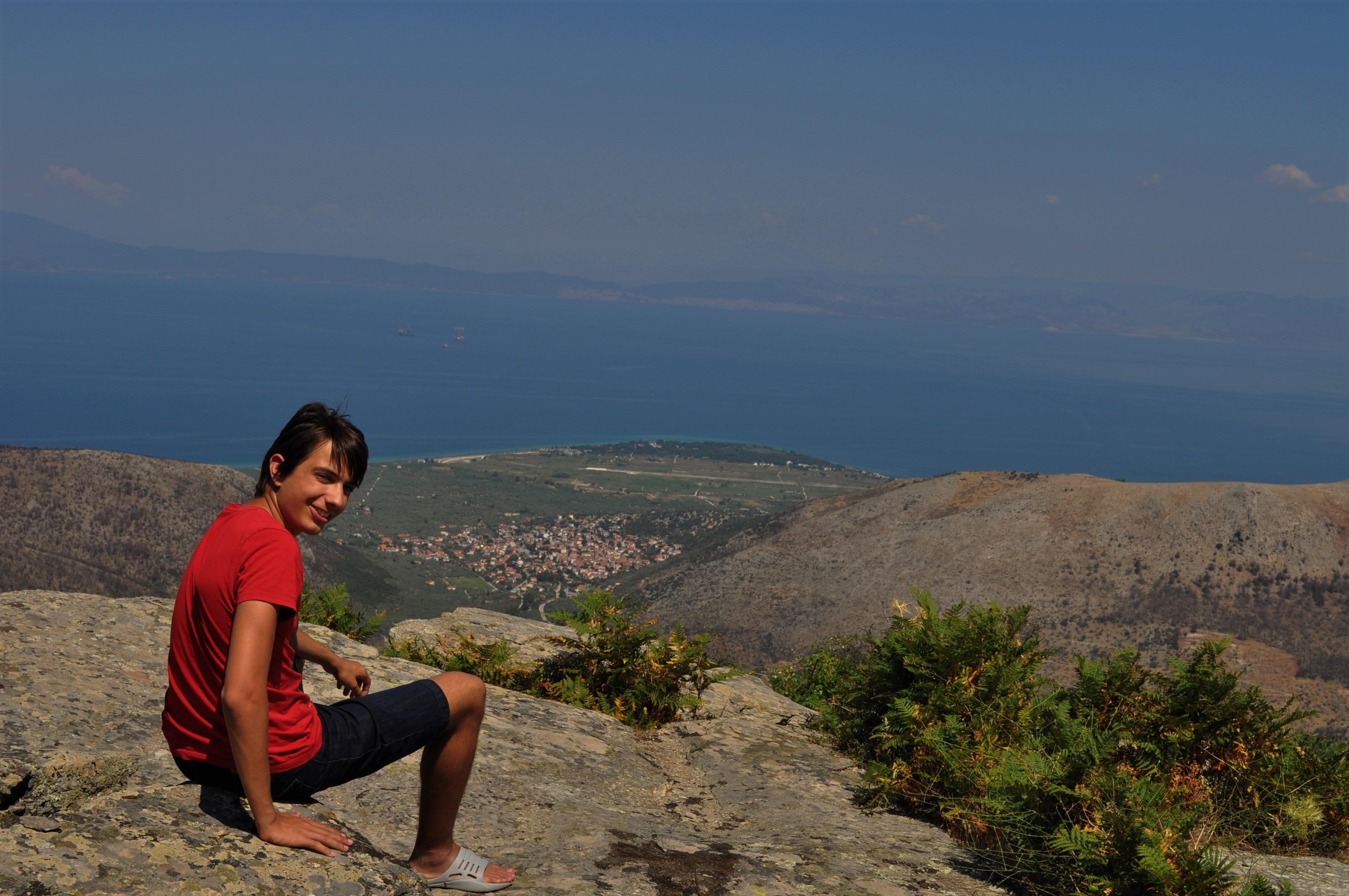 """А ако продължите по стръмния път нагоре в планината ще се дивите на безбрежна гледка към Егейско море.  На върха е манастира """"Свети Пантелеймон"""" ."""