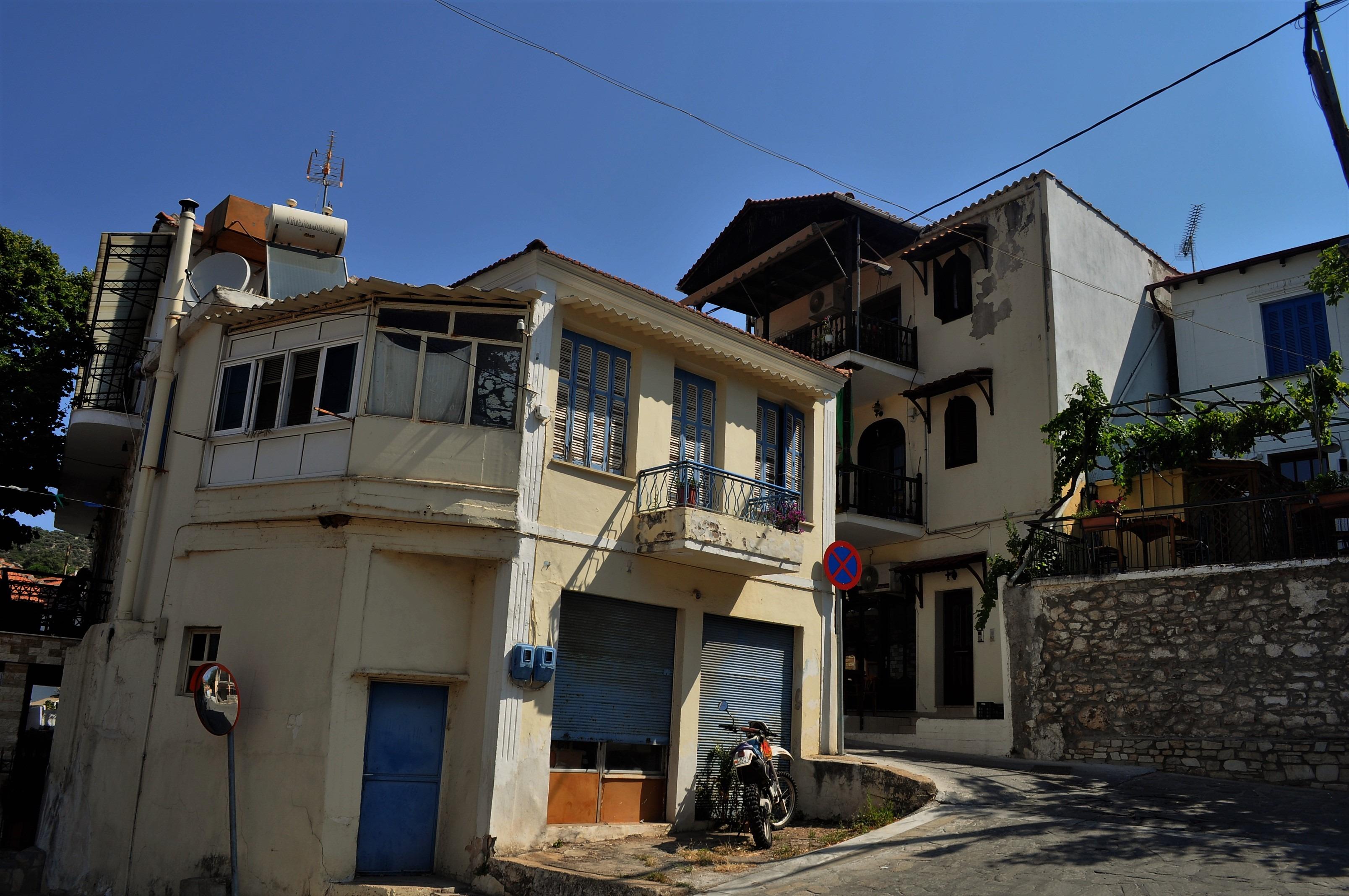 Село Калираки е сгушено в подножието на планината на малко повече от 2 км от Скала Калираки.