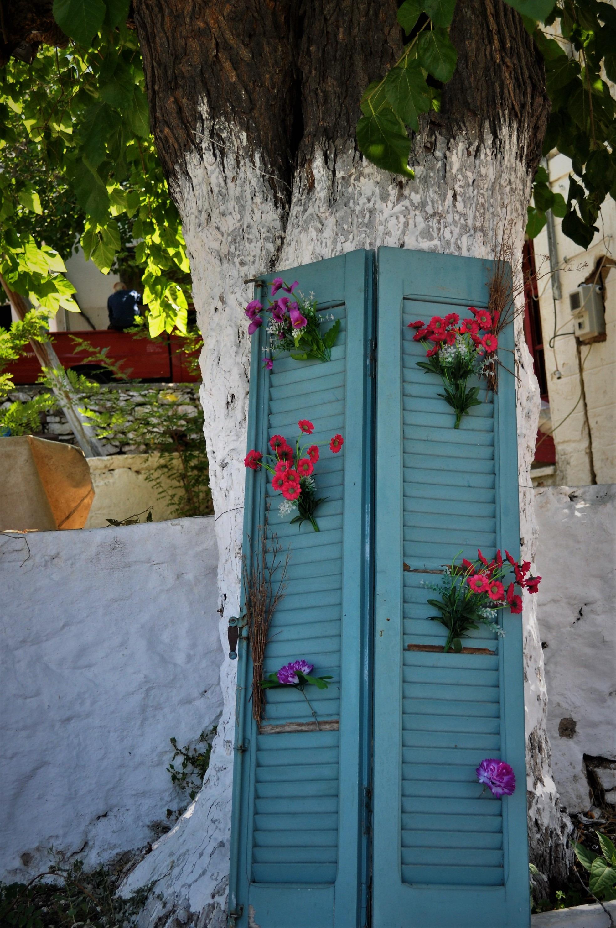 Личи си грижата, усета за красота, вниманието в детайла. Всеки е варосвал къщата си, пребоядисвал е оградата в синьо или е изрисувал външната си стена с цветя, подредил е джуджета, щъркели и зайчета в градината. ..