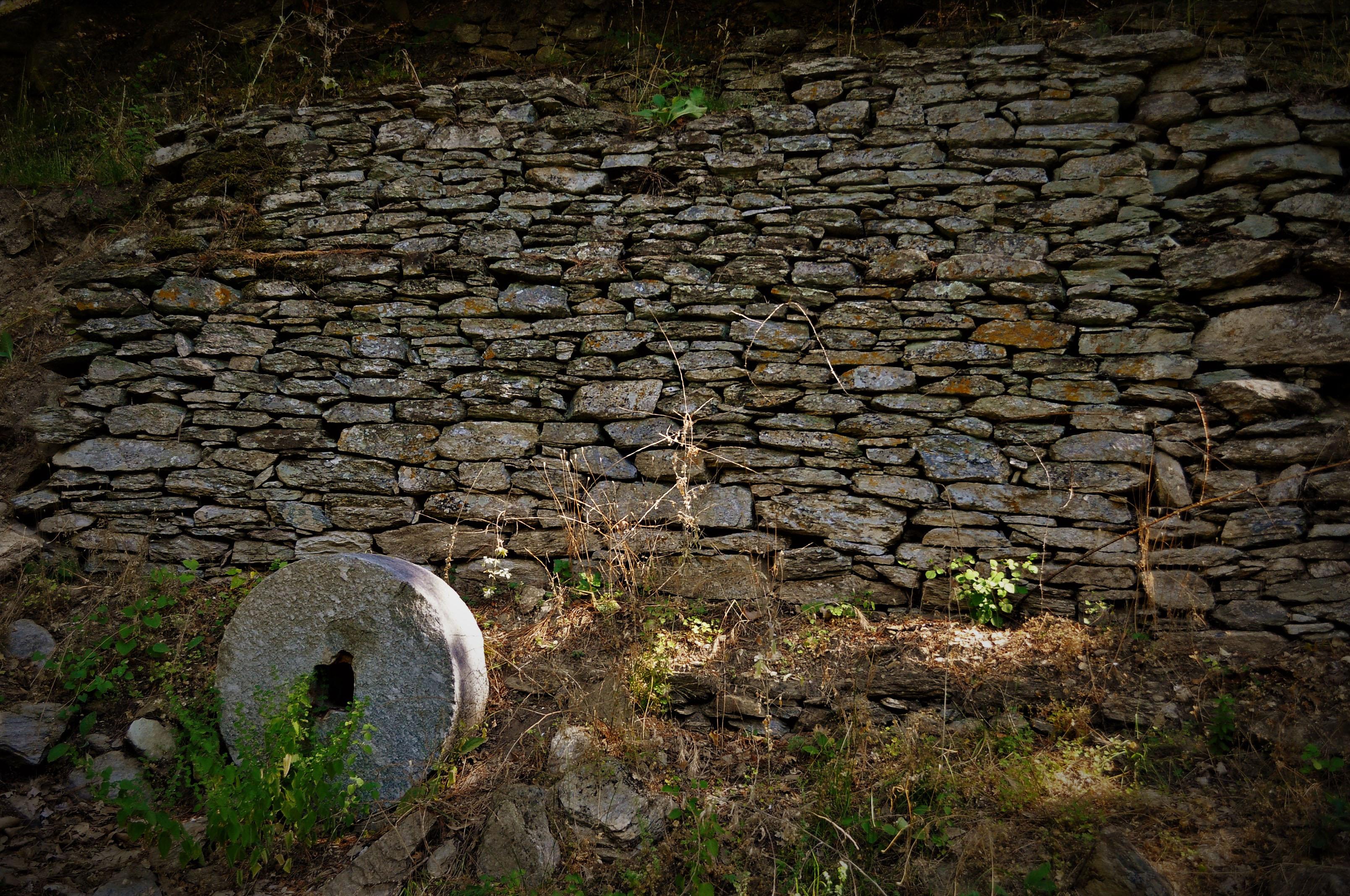 Край Мегало Принос се промушва рекичка с останки от старинна мелница.