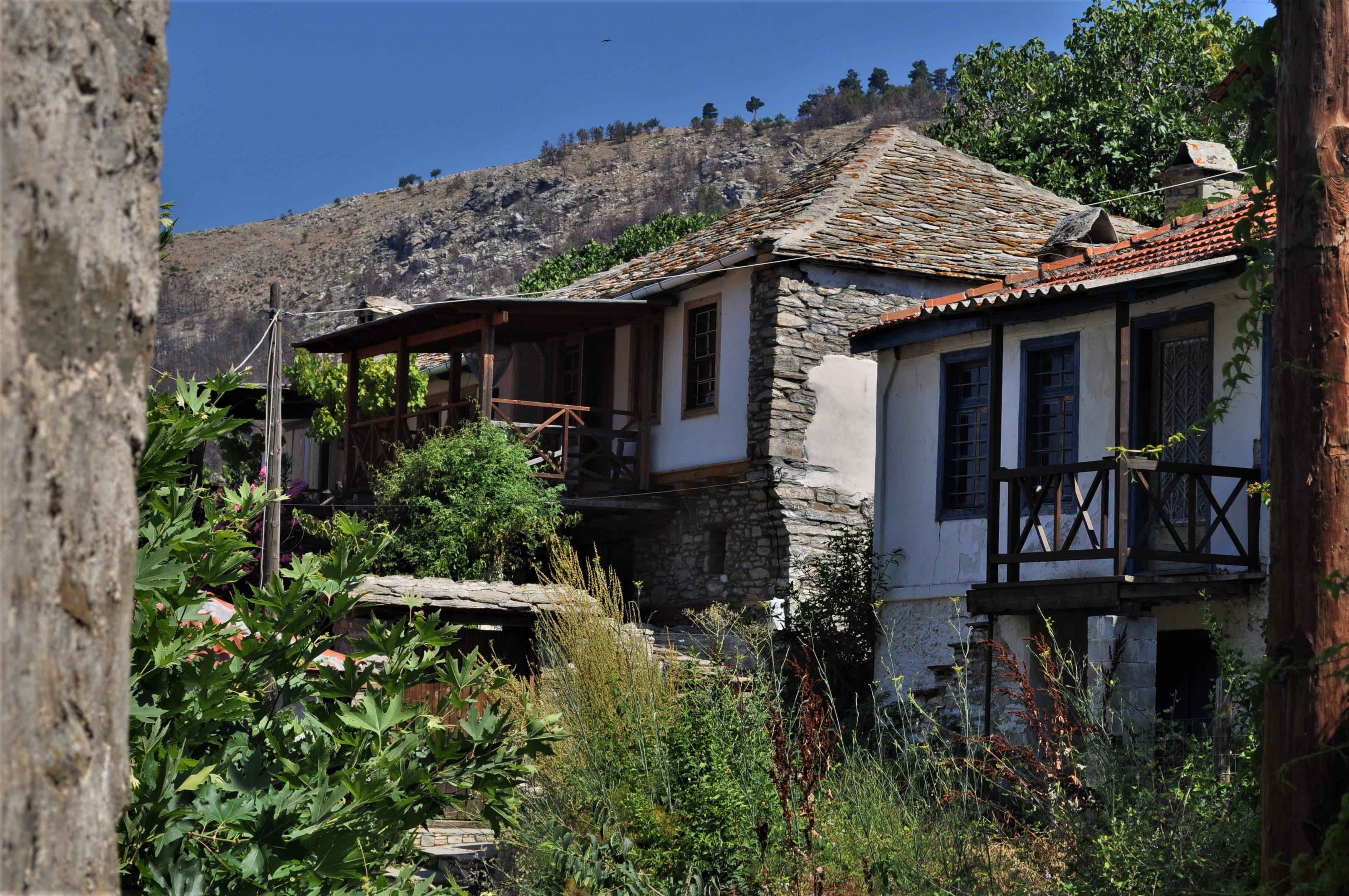 Тук-там откриваме обезлюдени къщи с изтърбушени покриви. Видях и изоставена детска градина. Народът бяга в града или в чужбина. Остават най-вече старите.