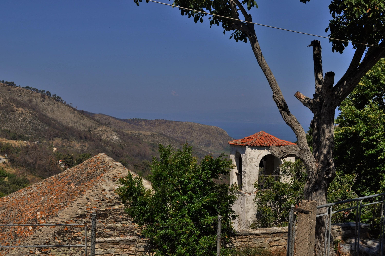 . Като добавим и пристанището му Скала Принос и съседното, малко по-вдадено в сушата село Принос ...