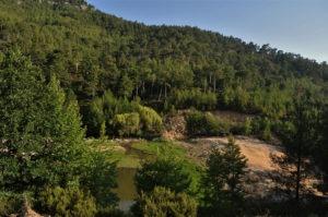 Известно е най-вече с разположеното край него единствено езерце с микро водопад на Тасос. Уви,  въпросната природна забележителност се оказа рекламна химера.