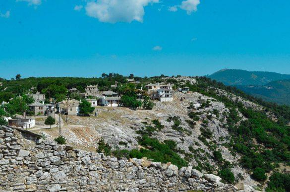 Село Кастро носи името на древна крепост, която някога се издигала тук. Селото няма постоянни жители, тъй като е било изоставено още през 20-ти век, но някои къщи са ремонтирани и се използват като летни вили