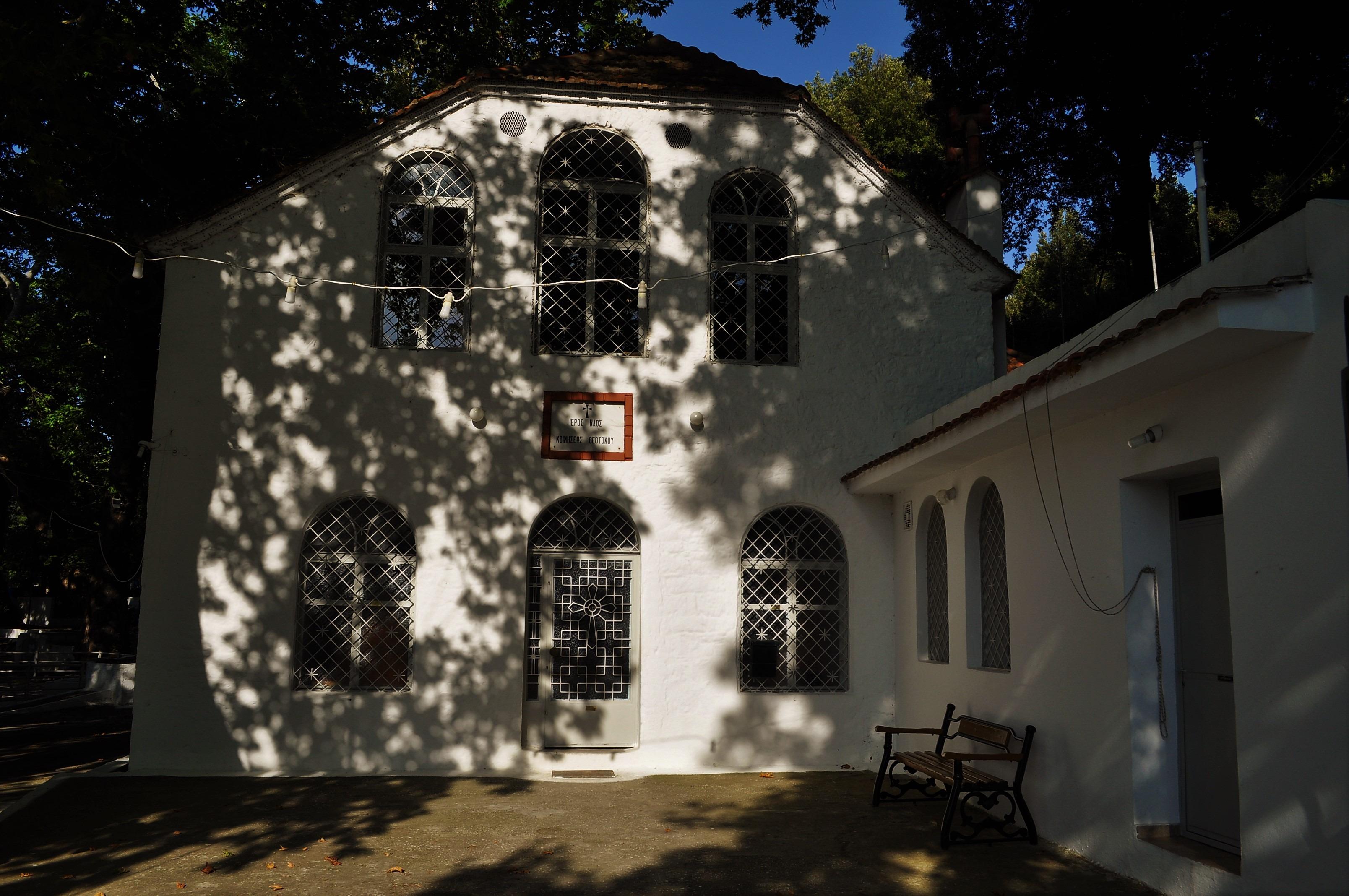 """В края на селото се намира каменната църква """"Успение Богородично"""", от 19 век. В двора й блика бистроструен извор с ледена питейна водица – истинска благодат през ужасните тасовски жеги."""