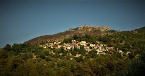 Това е село Сотирос. Разположено  е в западната част на острова на 300 м. надморска височина, обърнато изцяло с лице към морето.