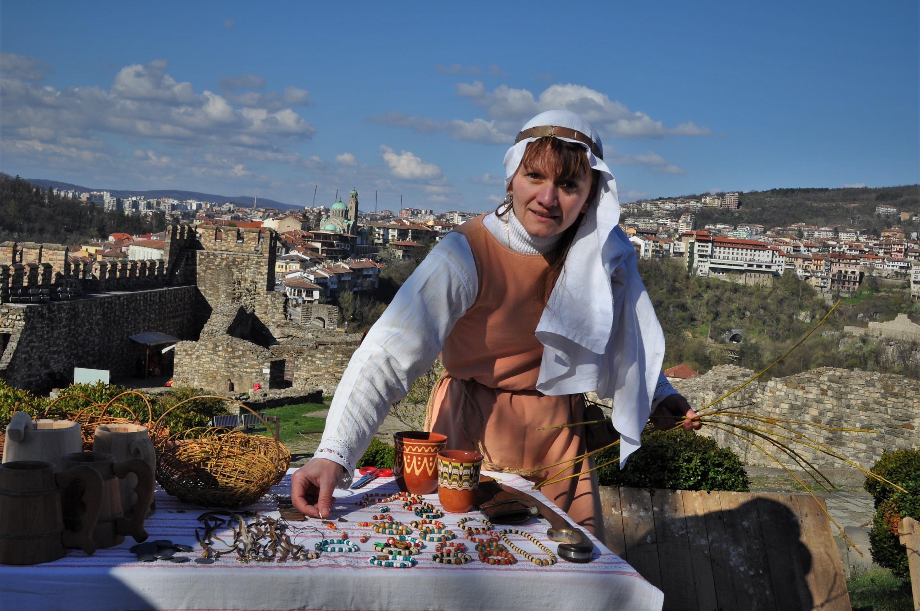 На Царевец често се организират Средновековни фестивали с въстановки на различни стари занаяти за радост на най-малките и на туристите.