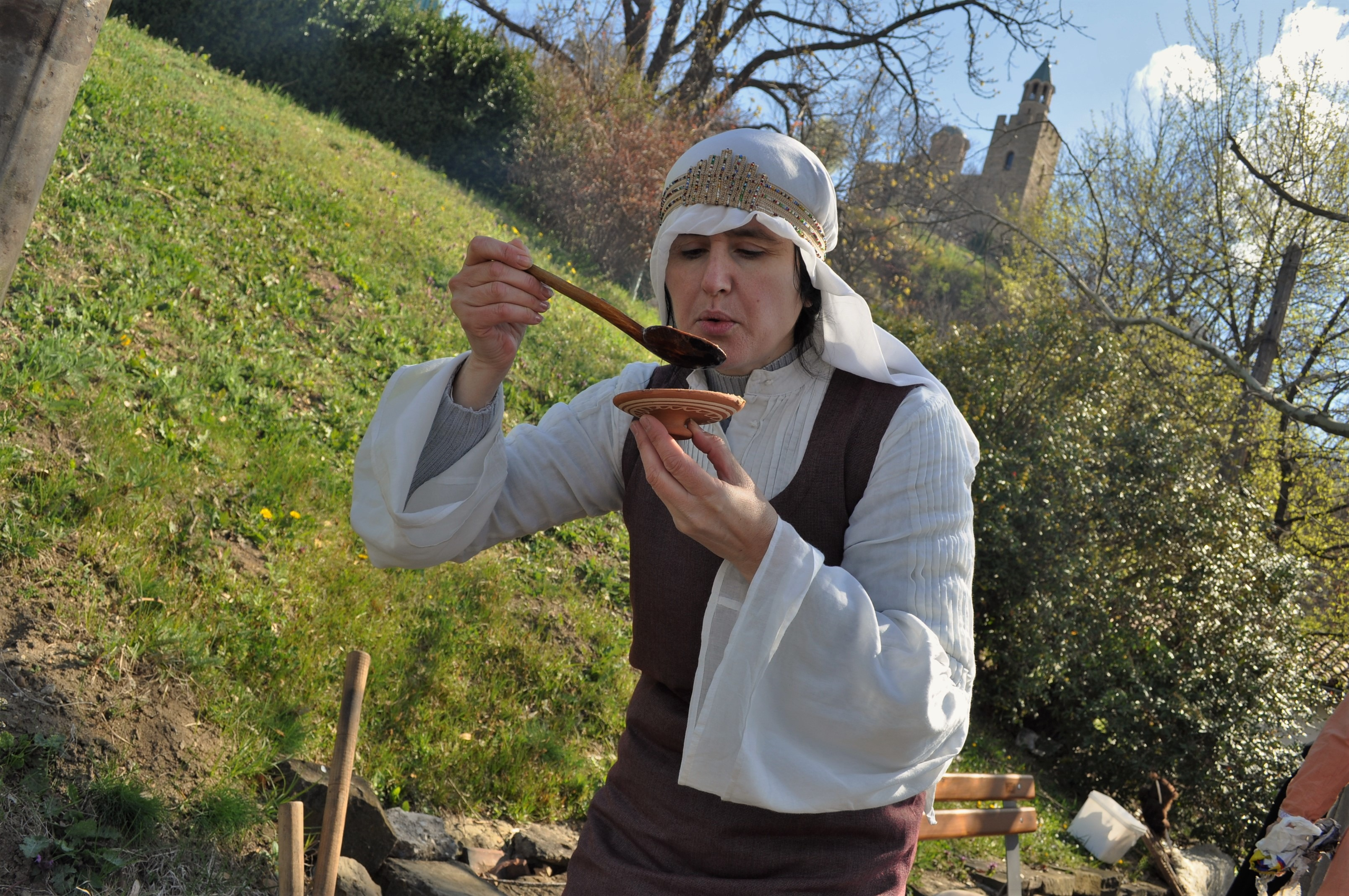 Предлага се и местна средновековна кухня – например болярска супа !