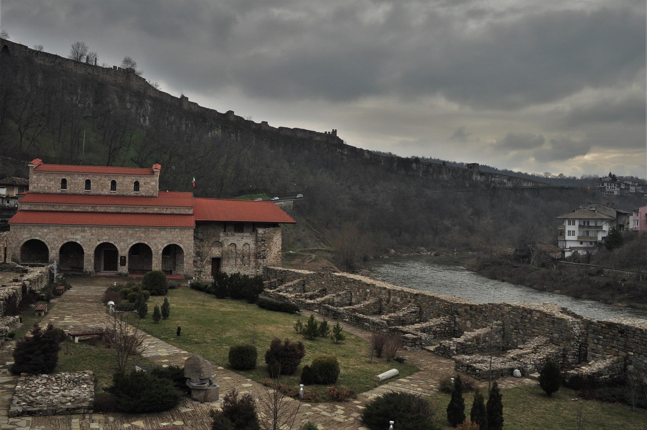 """Църквата """"Св. Четиридесет мъченици"""" е построена от цар Иван Асен II в чест на голямата му победа в Битката при Клокотница на 9 март 1230. А на 22 септември 1908 г. тук  е обявена  независимостта на България"""
