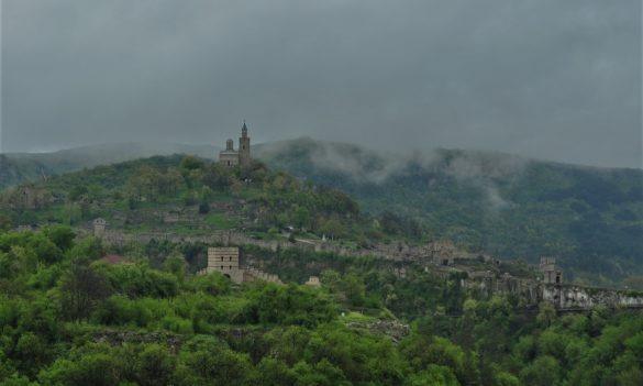 Но най-впечатляващ е хълмът Царевец със средновековната си крепост, увенчана, като с царска корона, от сградата на Патриаршията.