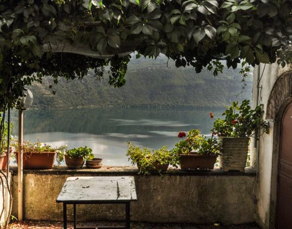 Потънали кораби, дворци, ягоди и вино – вижте 3 езера в околностите на Рим