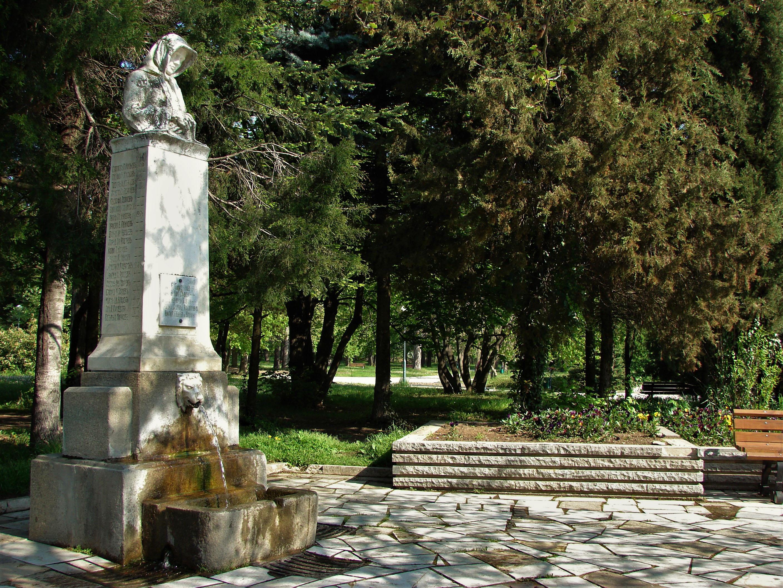 Чешмата с войнишкия паметник - Майка е построен през 1917 г. по проект на карловския архитект Иван Лазаров.