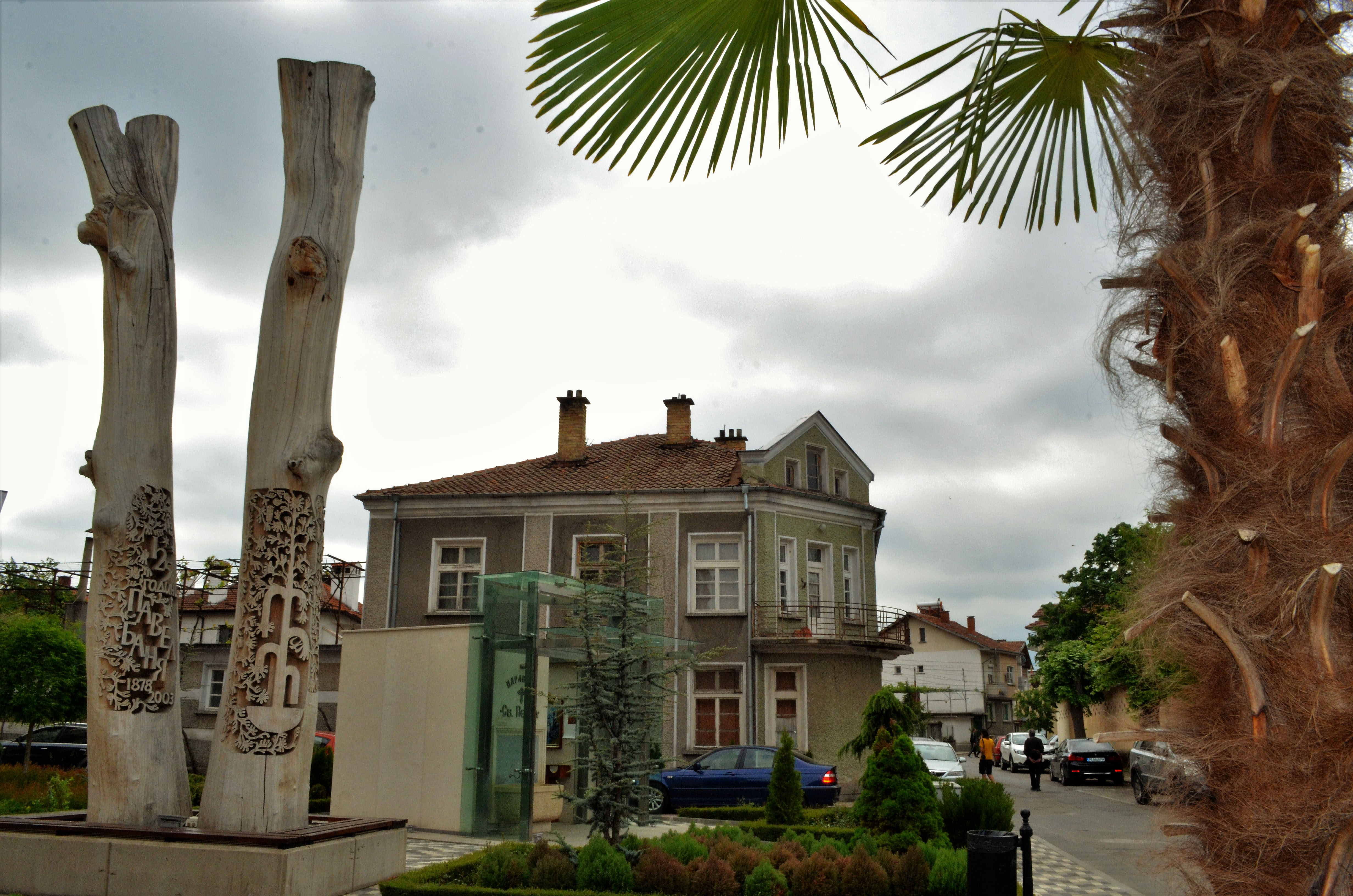 Двата резбовани бряста-символ на града