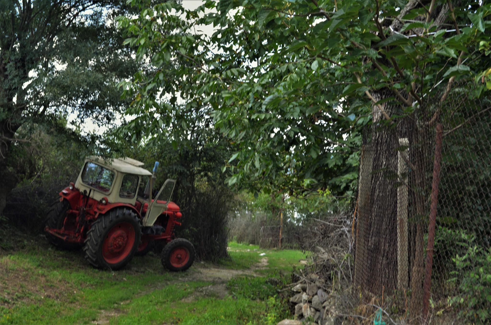 Тракторът вероятно е докаран през 10-километровия коларски път, който свързва Лисиците със с. Летовник