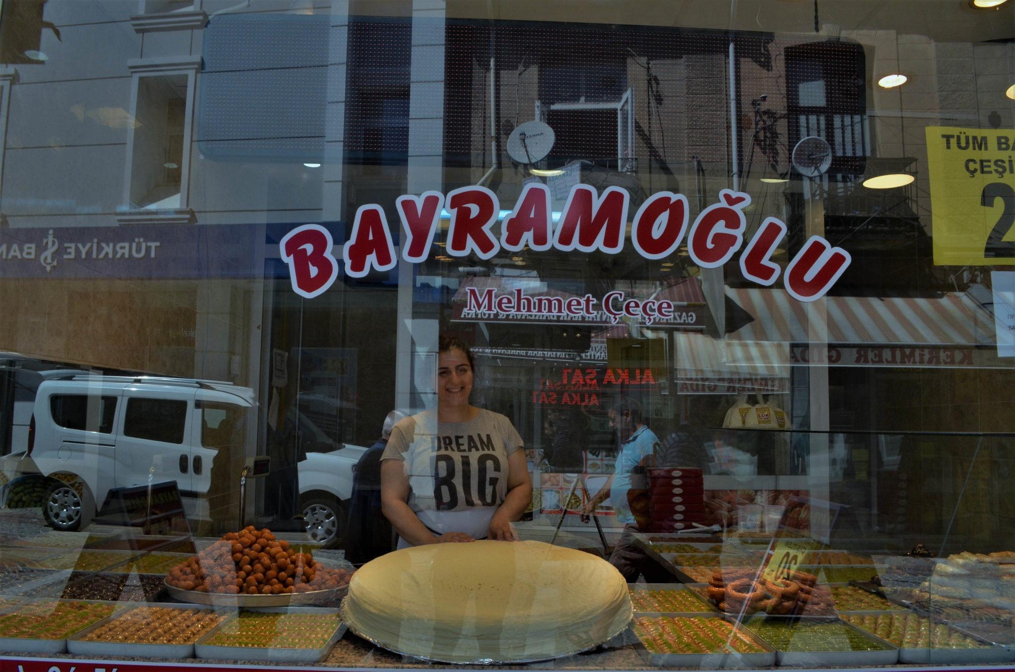 От тази усмихната продавачка пазарувахме с леловe с помощта на Google Translate