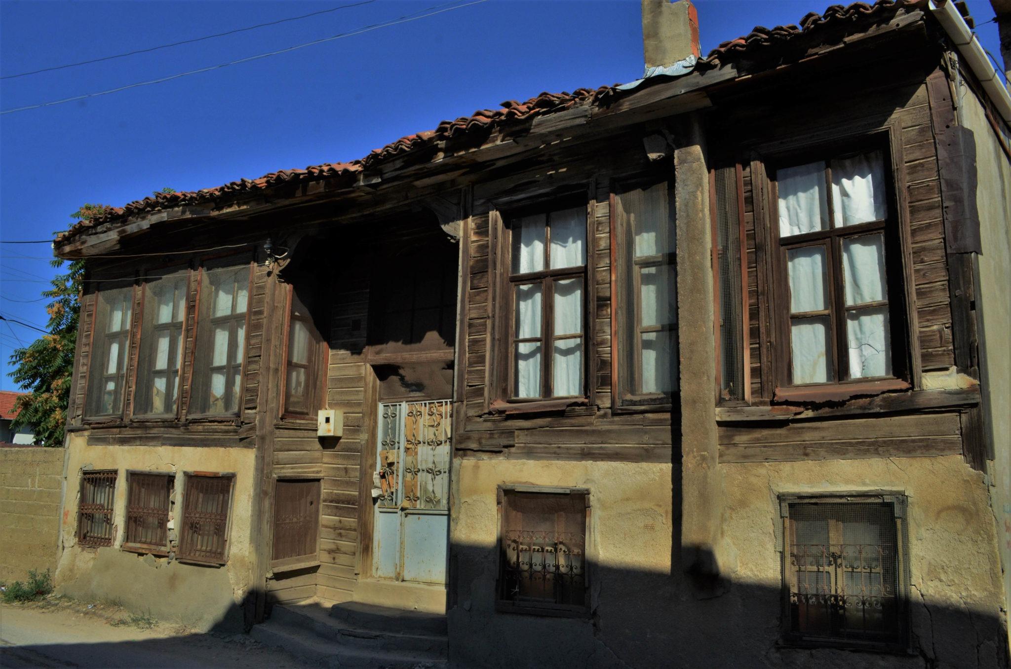 Част от някогашните български къщи са изоставени и тънат в разруха