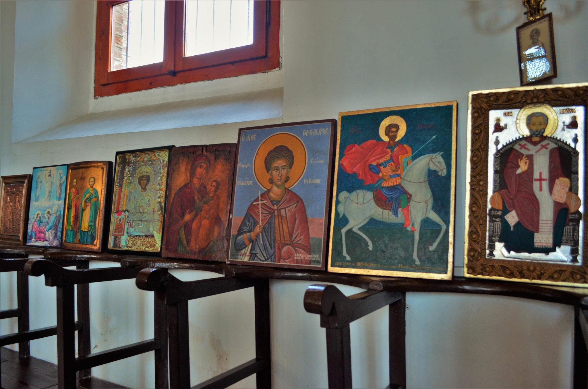 Повечето икони са дарения на родолюбиви наши сънародници