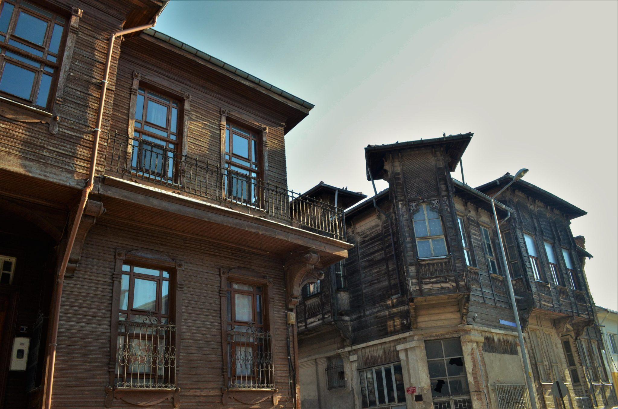 Тези къщи във възрожденски стил вероятно са били обитавани от българи