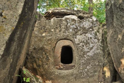 Долмените са най-ранните тракийски гробници. В тази откриваме предверие, дромус и погребална камера
