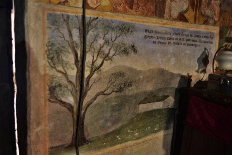 Стенопис, изобразяващ самотния бряст, поникнал върху затрупаната църква