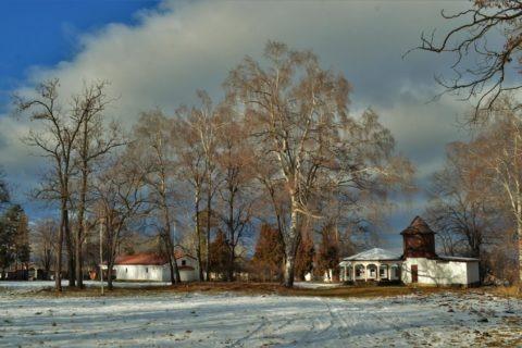Дворът на църквата