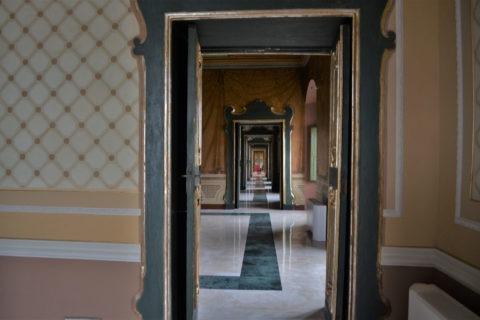 Дворецът е със свободен вход, така че всеки да може да се възхити на изложбите и подредбата му