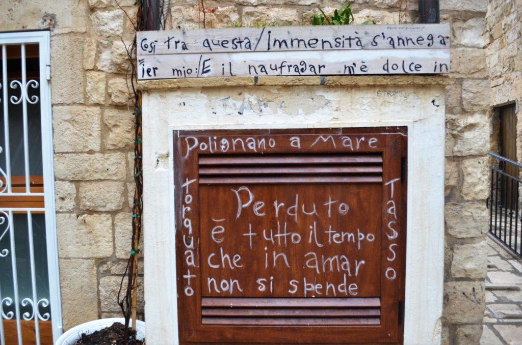 Поезия по улиците на Полиняно а маре