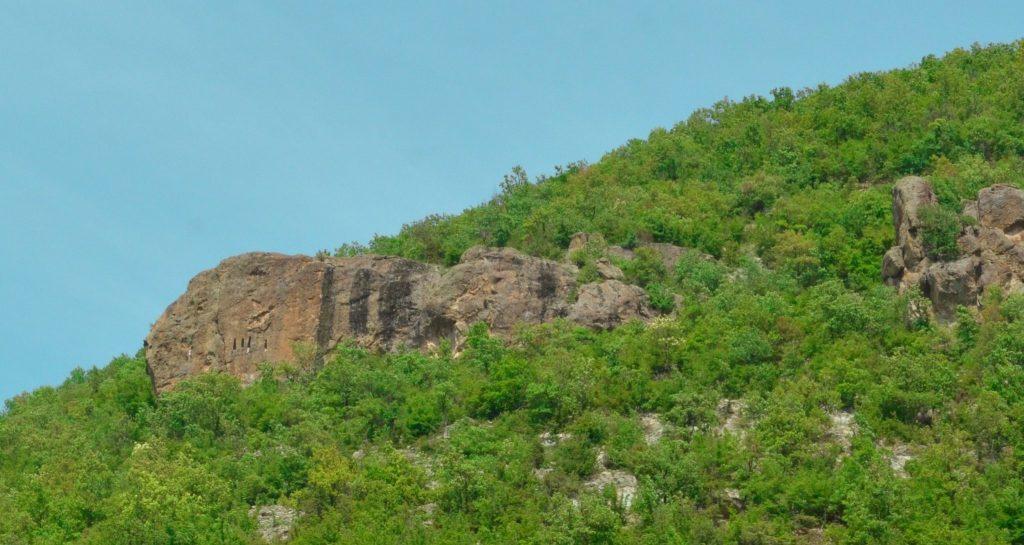 """скални ниши край село Дъждовница и пещера """"Утробата"""""""