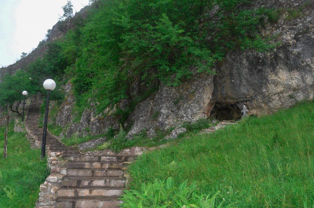 скален манастир Ръсовци Сърбия
