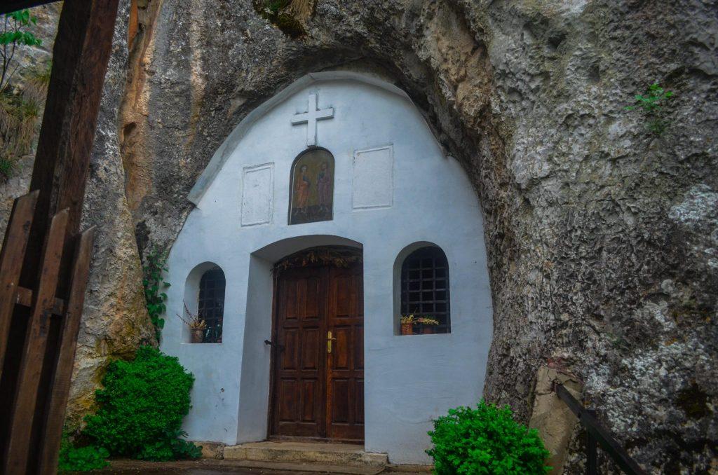 Пирот скален манастир в Ръсовци