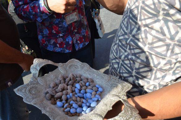 С подобни сини захаросани бадеми ни черпиха и в съседния град Мидиат.