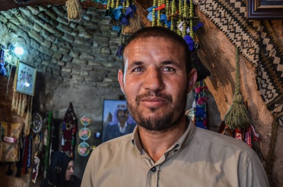 Халил посреща туристи в наследствената къща от пра-пра-пра дядо му. Има невероятни ярко-зелени очи, но не се виждат на снимката!!