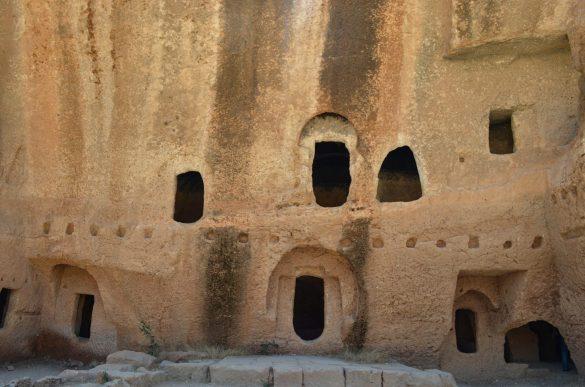 Дара бил типичен късно-римски град с множество обществени сгради, площади, къщи, бани и пр., само че издълбани в скалата