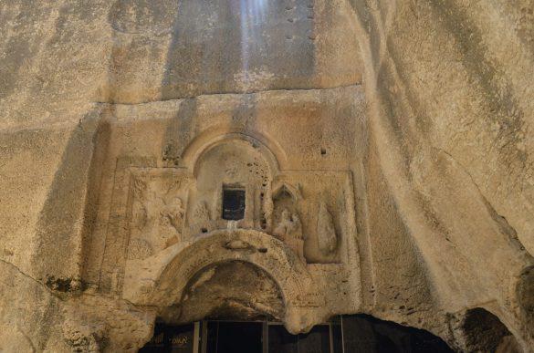 Според нашия гид Енес, на входа на некропола са изобразени Дева Мария с Младенеца