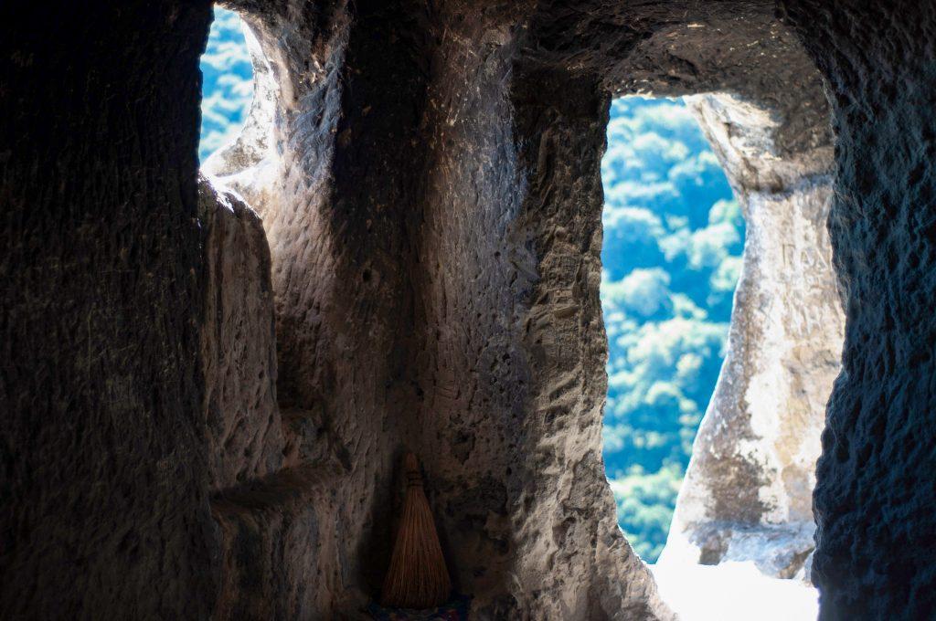 Ханкрумовски скален манастир прозорци към вечността