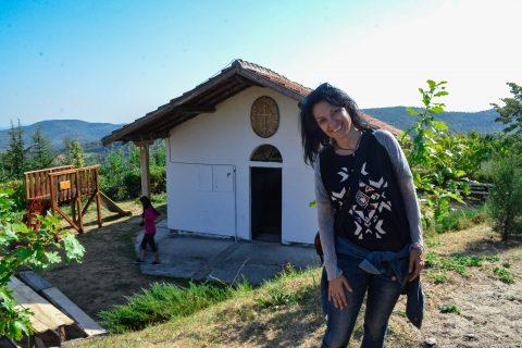 """Около параклис """"Св. София, Вяра, Надежда и Любов"""" е изграден голям заслон с камина и детска площадка."""