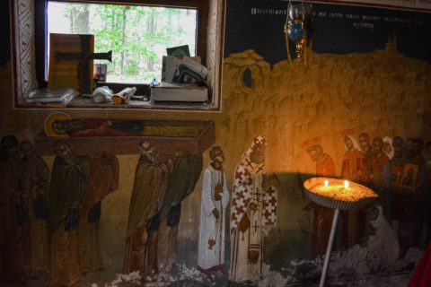 """През 1195г на вр. Кръстец спира процесията с мощите на св. Иван Рилски, на път към Велико Търново. Тук шествието се установява цяла седмица, докато изчаква да се довърши градежът на църквата на светеца на хълма Трапезица. В чест на събитието през 1999-2002 г е изграден параклиса """"Св.Иван Рилски"""" в самата скала, в основата на която е вградена частица от мощите на Св. Иван Рилски, донесена от Рилския манастир."""
