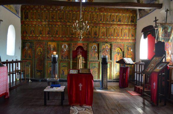 Църквата е лесно достъпна от село Боровица