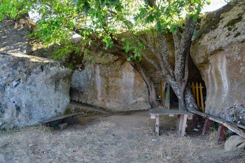 В скална ниша е изграден параклис