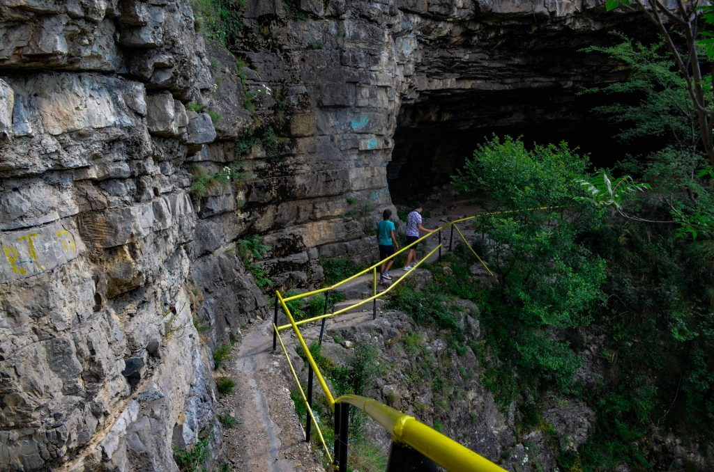 Български пещери Темната дупка Лакатник