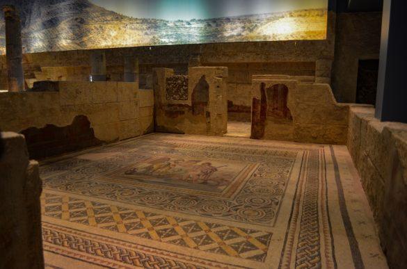 Детайлни мозайки като тези са украсявали домовете на хората с персонажи от Гръцката митология