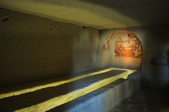 Това пък било трапезарията. Тук монаси похапвали грахова супа и пийвали кисело вино от местните анемични лозя.