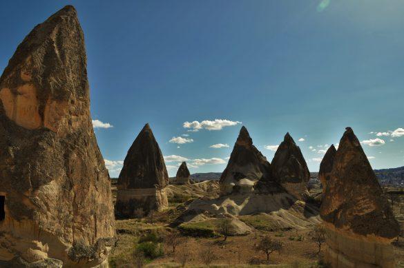 В горната си част многобройните вулканични образувания наподобяват шапчиците на комините . А Според легендите в тях са живеели феи и духове, можещи да изпълнят всякакви желания.
